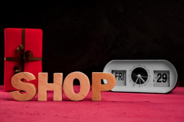 Vorderansicht des shopwortes auf einfacher tabelle