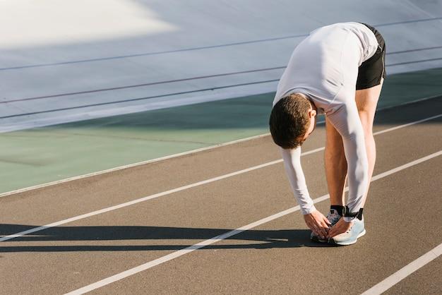 Vorderansicht des sportlichen mannes ausdehnungen tuend