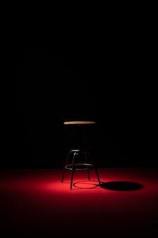 Vorderansicht des stuhls mit kopierraum und scheinwerfer