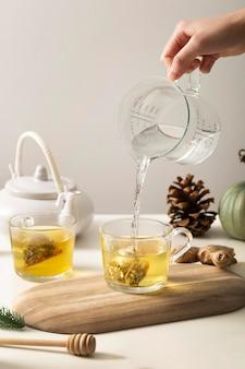 Vorderansicht des tees auf zerhackerkonzept