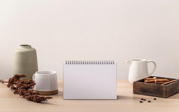 Vorderansicht des tisches mit kalender und kaffeetasse