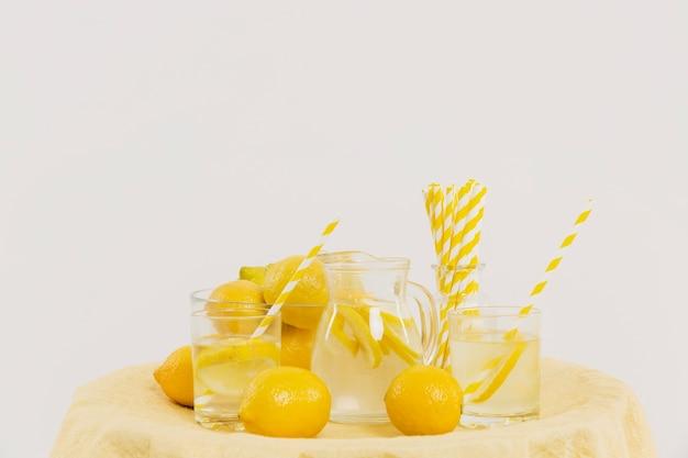 Vorderansicht des tisches mit zitronen und limonade