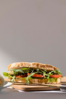 Vorderansicht des toastsandwiches mit tomaten, grüns und kopienraum