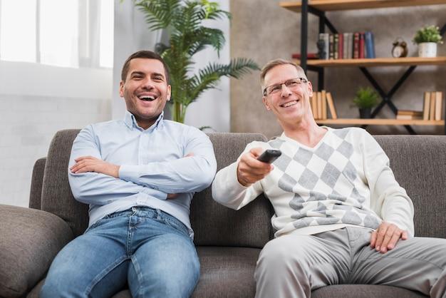 Vorderansicht des vaters und sitzen auf der couch
