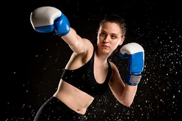 Vorderansicht des weiblichen boxers, der aufwirft