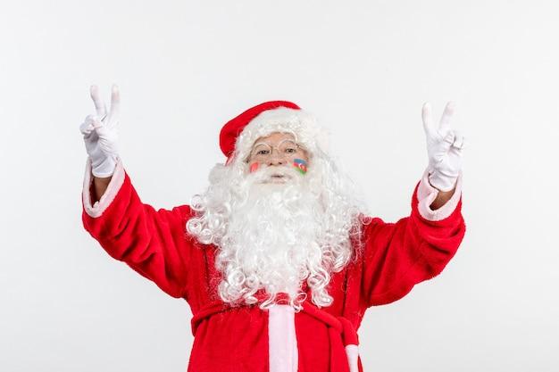 Vorderansicht des weihnachtsmannes mit azerbaijani flaggenfarbe auf seinem gesicht auf weißer wand