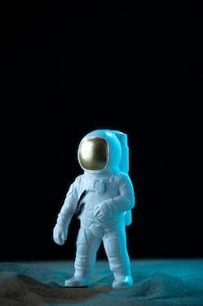 Vorderansicht des weißen astronauten auf mondschwarz