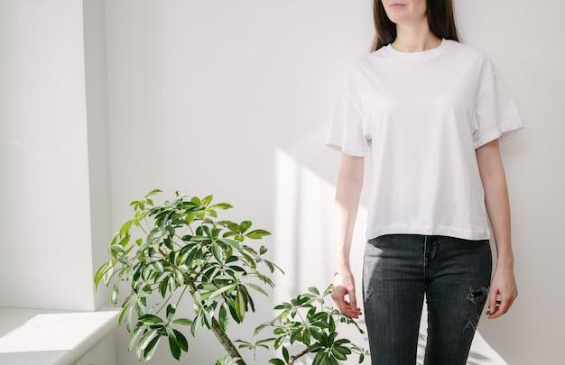 Vorderansicht des weißen t-shirts auf weiblichem modell. frau, die weißes t-shirt trägt