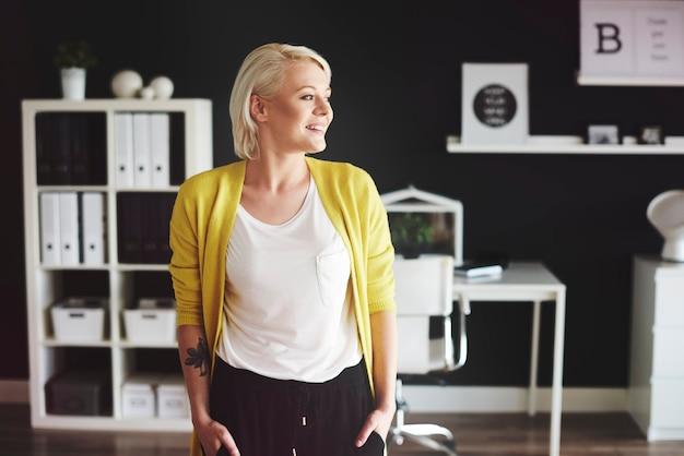 Vorderansicht einer blonden frau im büro