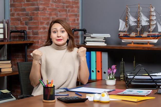 Vorderansicht einer frau mit kurzen haaren, die im büro arbeitet