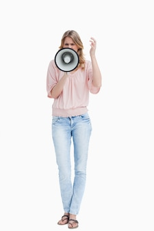 Vorderansicht einer jungen frau, die mit einem megaphon schreit Premium Fotos
