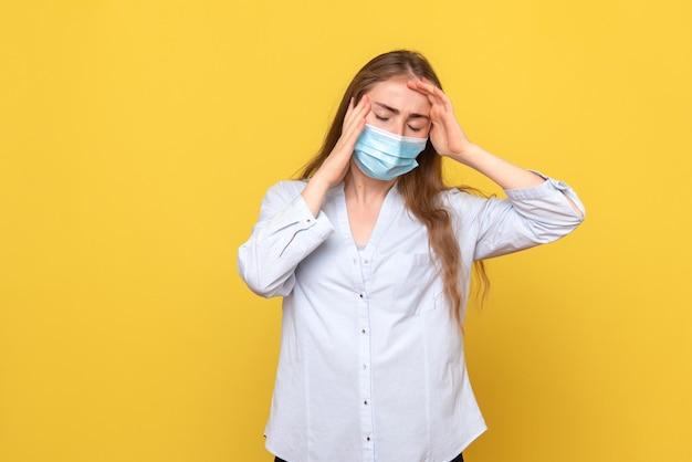 Vorderansicht einer jungen frau mit kopfschmerzen