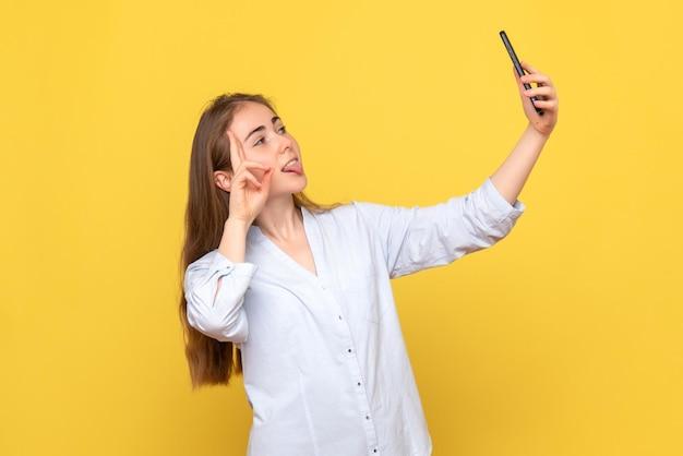 Vorderansicht einer normalen frau, die ein selfie macht