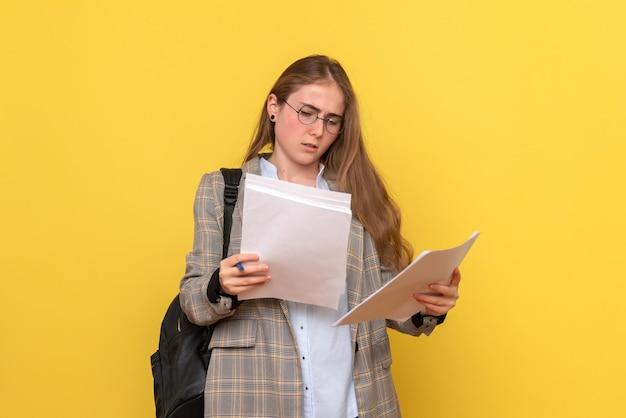 Vorderansicht einer studentin mit dateien