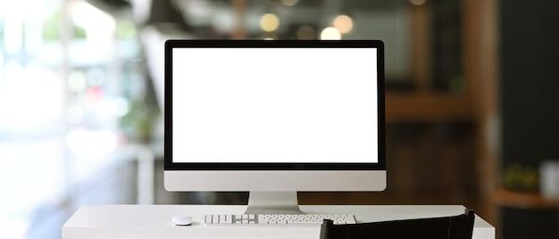 Vorderansicht eines computers mit leerzeichen auf weißem tisch im zeitgenössischen büro