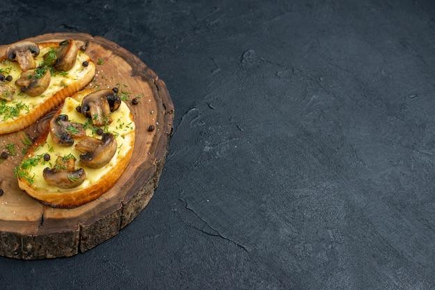 Vorderansicht eines köstlichen snacks mit pilzen auf einem holzbrett auf der rechten seite auf schwarzem hintergrund mit freiem platz