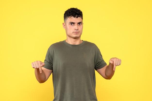 Vorderansicht eines mannes der schockierte mann hält seine finger nieder und schaut nach vorne