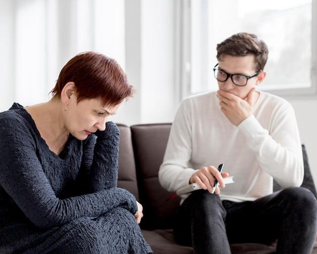 Vorderansicht eines psychologen, der einen patienten konsultiert