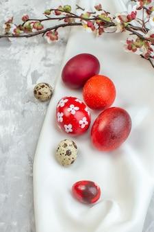 Vorderansicht farbige ostereier auf weißem hintergrund bunte weiblichkeit ostern konzept frühling verzierten novruz