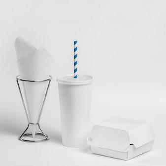 Vorderansicht fastfood-tasse und burger-pakete mit taschentuchhalter