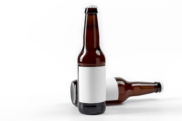 Vorderansicht flaschen mit bier und leeren etiketten