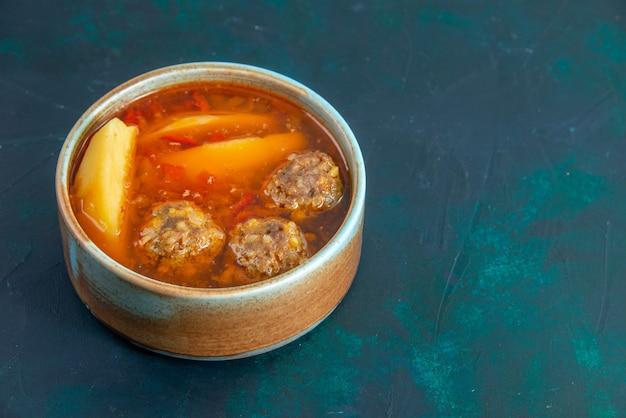 Vorderansicht fleischbällchen suppe mit kartoffeln in runder platte auf dunkelblauem schreibtisch essen suppe fleischgericht abendessen gemüse