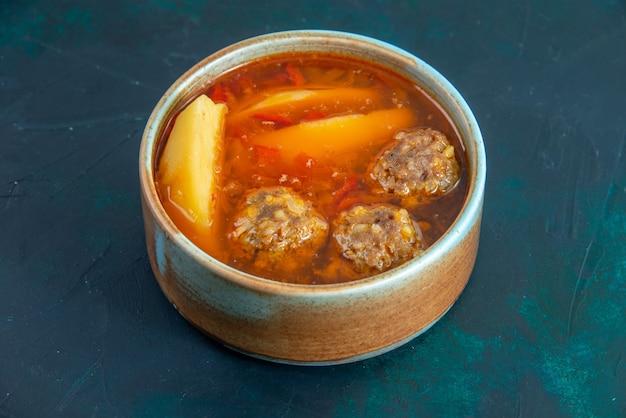 Vorderansicht fleischbällchen suppe mit kartoffeln innerhalb runder platte auf der dunkelblauen wand lebensmittelsuppe fleischgericht abendessen gemüse