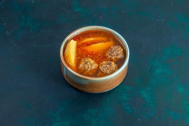 Vorderansicht fleischbällchensuppe mit kartoffeln innerhalb runder platte auf dunkelblauer wandnahrungsmittelsuppe fleischgericht abendessen gemüse