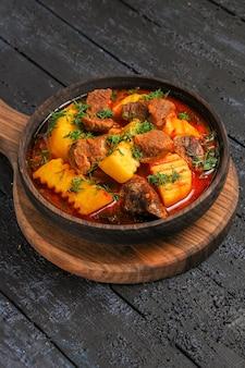 Vorderansicht fleischsauce suppe mit gemüse und kartoffeln auf dem dunklen schreibtisch suppe mahlzeit sauce fleisch