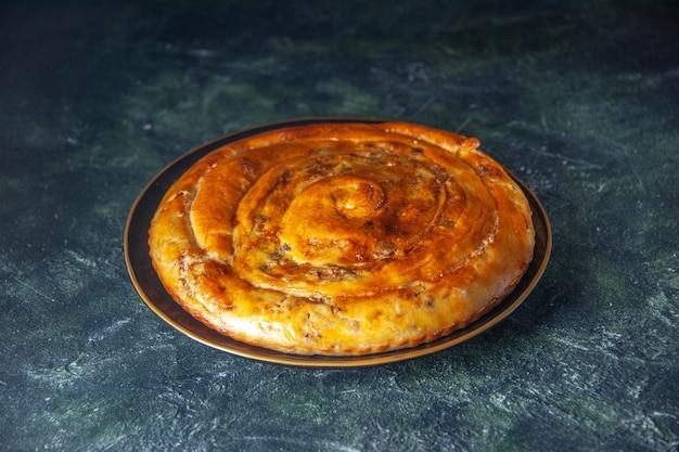 Vorderansicht fleischtorte in der pfanne auf dunklem hintergrund gebäck backen kuchen keks teig farbe lebensmittel ofentorte