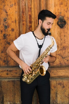 Vorderansicht fokussierte den musiker, der das saxophon spielt