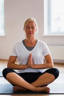 Vorderansicht fokussierte yogafrau
