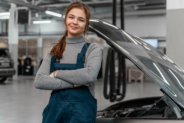 Vorderansicht frau, die an einem autoservice arbeitet