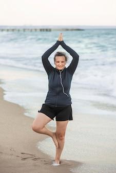 Vorderansicht frau, die yoga-pose tut