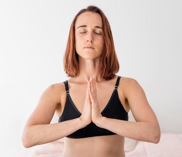 Vorderansicht frau meditiert