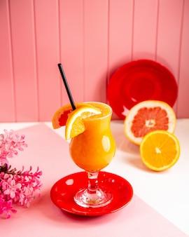 Vorderansicht frisch gepresste orange mit grapefruitsaft mit orangen- und grapefruitscheiben