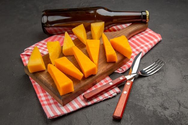 Vorderansicht frisch geschnittener käse mit brötchen und crackern auf dunkelgrauer farbe mahlzeit foto frühstück cips essen knusprig