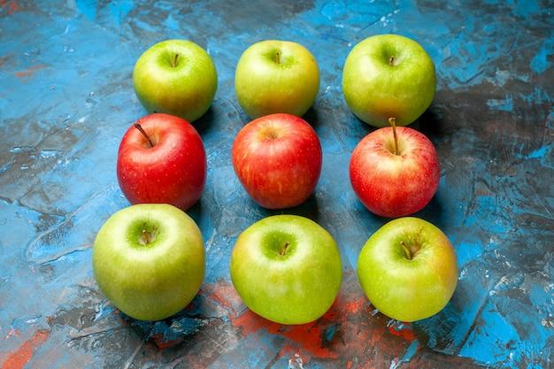 Vorderansicht frische äpfel auf blauem hintergrund reife ausgereifte gesundheitsdiätfarbe