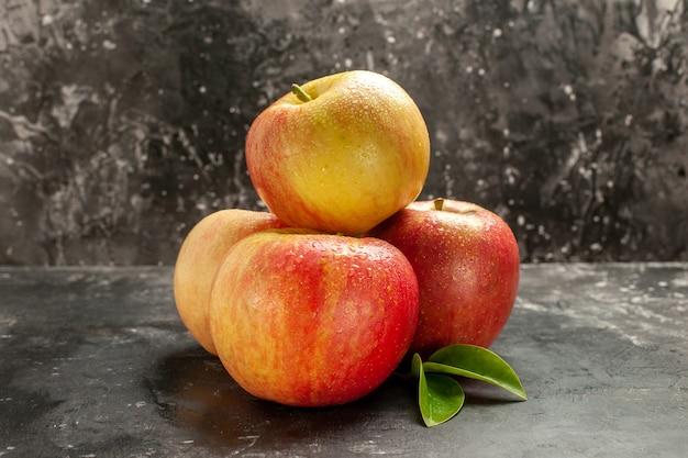 Vorderansicht frische äpfel auf dem dunklen foto ausgereifte frucht reife vitaminsaftfarbe baumbirne
