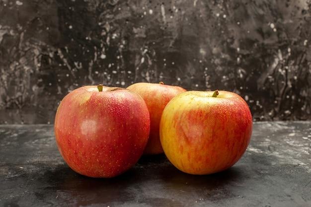 Vorderansicht frische äpfel auf dunkler frucht reife vitaminbaum-mellow-saft-fotofarbe