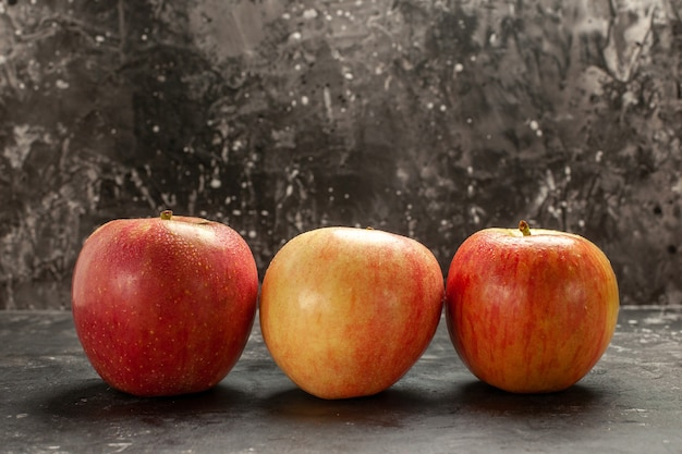 Vorderansicht frische äpfel, die auf dunkler fotofrucht ausgekleidet sind, reifer vitaminbaum, weiche saftfarbe