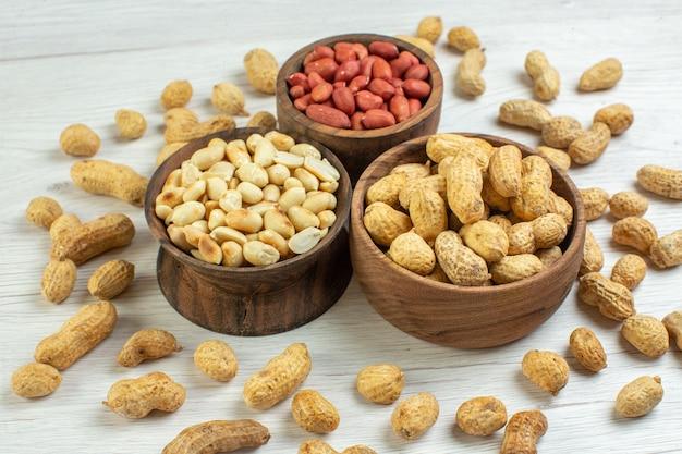 Vorderansicht frische erdnüsse auf weißer oberfläche