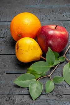 Vorderansicht frische früchte apfelbirne und orange auf dunklem hintergrundfrucht frisch reif weich