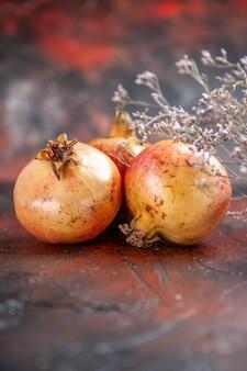 Vorderansicht frische granatäpfel an mit kopierplatz Kostenlose Fotos
