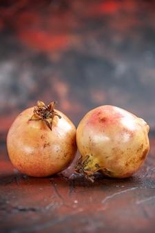 Vorderansicht frische granatäpfel auf kopienplatz Kostenlose Fotos