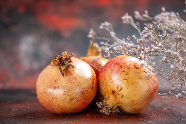 Vorderansicht frische granatäpfel