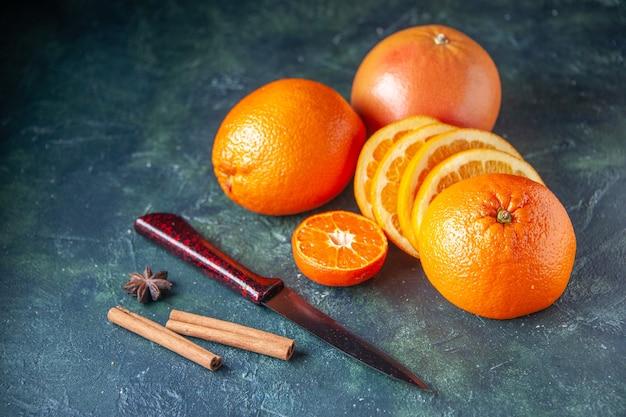 Vorderansicht frische mandarinen auf dem dunklen hintergrund obst zitrusfarbe zitrus reife saftbaumgeschmack mild