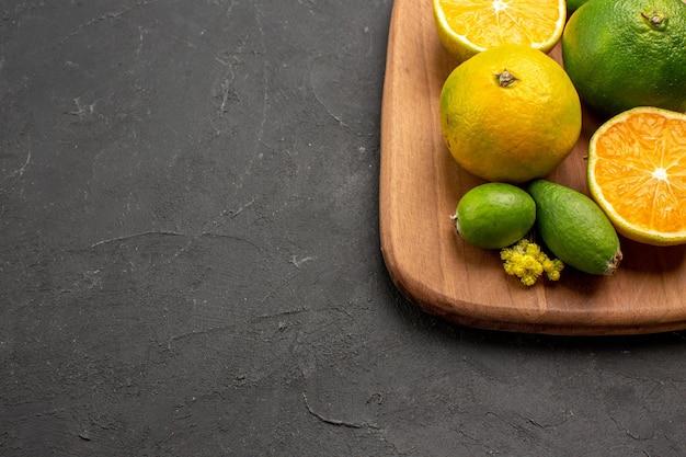 Vorderansicht frische mandarinen mit feijoa auf dunklem raum