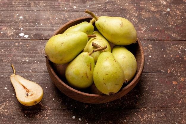 Vorderansicht frische milde birnen grün und saftig auf dem braunen raum