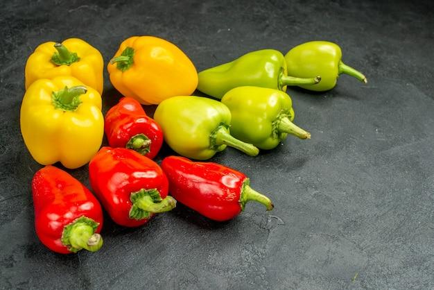 Vorderansicht frische paprika auf dunklem hintergrund salat essen mahlzeit reife fotofarbe